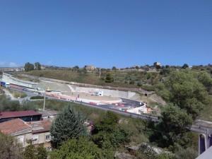 La rotonda che segnerà l'inizio della nuova SS 640: asfaltata la carreggiata di destra (direzione Caltanissetta)