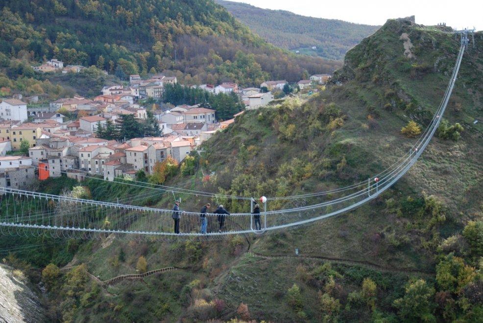 Inaugurato il ponte alla luna il ponte tibetano pi for Gradini del ponte curvi