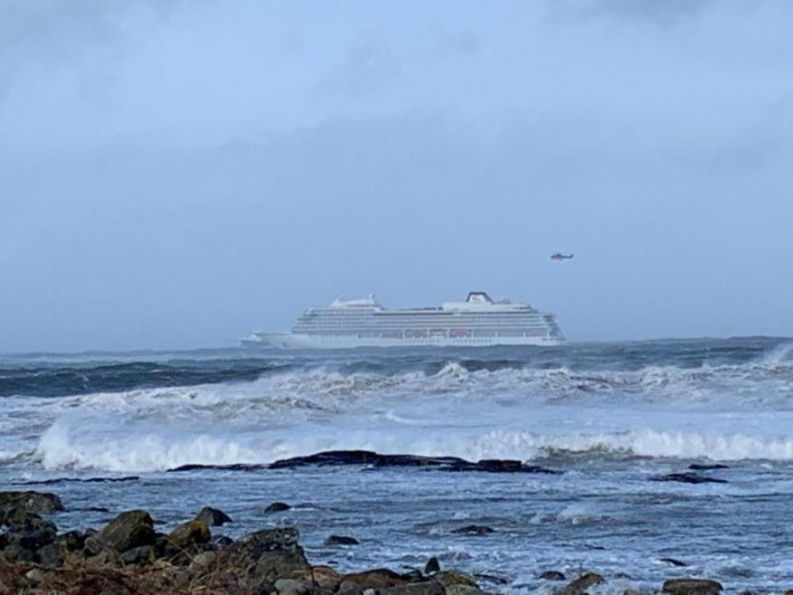 Alla deriva, in balia del vento: evacuati 1.300 passeggeri dalla Viking Sky